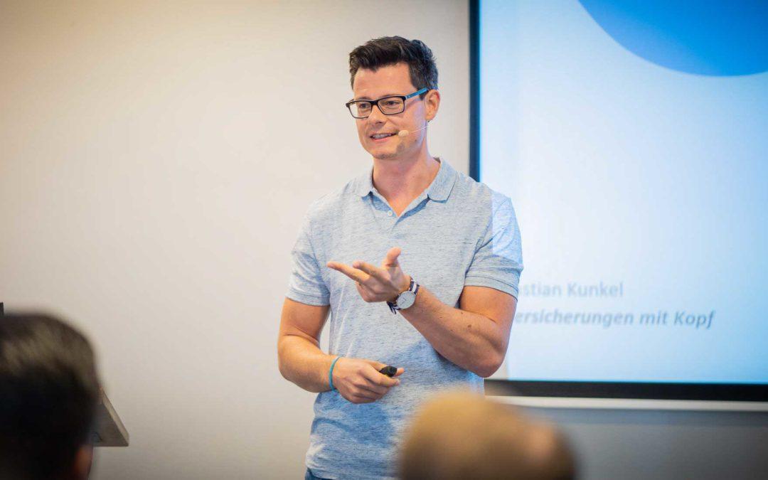 Bastian Kunkel bei einem Versicherungsvortrag